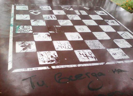 Разрисованный шахматный стол